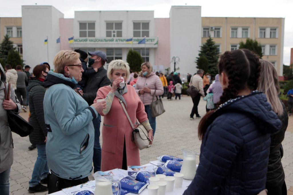 «Пийте, діти, молоко – будете здорові!» – Сумчани розважались на Вечорі молока у СНАУ